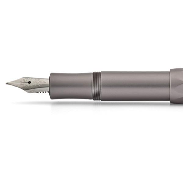 Eine besondere Haptik haben die Kaweco Schreibgeräte aus der AL Sport Serie. Hochwertig verwendetes Aluminium gibt ihnen ein erstaunlich geringes Gewicht. Im geschlossenen Zustand misst der Füllhalter 10,5cm und bekommt durch das Umstecken der Kappe eine Länge von 13cm. Das Messing erhält im Laufe seiner Nutzung eine Patina die den Füller immer einzigartiger werden lässt.